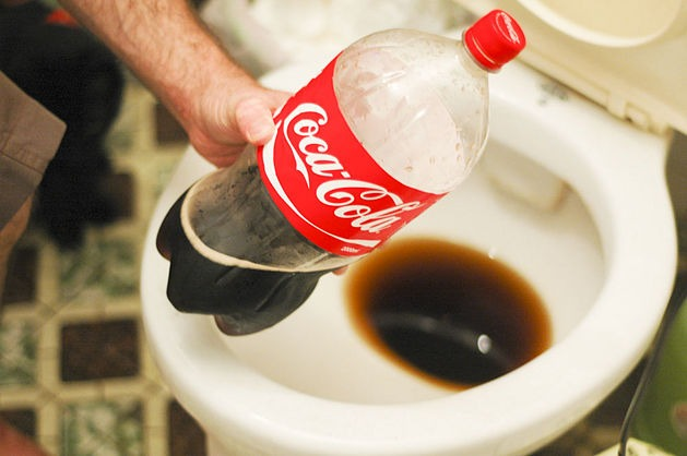 koka-kola-chistit-unitaz-ne-huzhe-mnogih-byudzhetnyh-sredstv